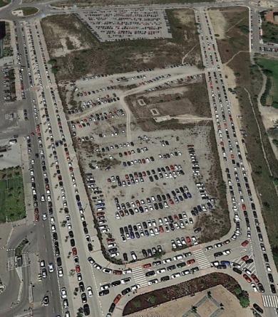 Parking Lleno de coches de empleados de Lunes a Viernes