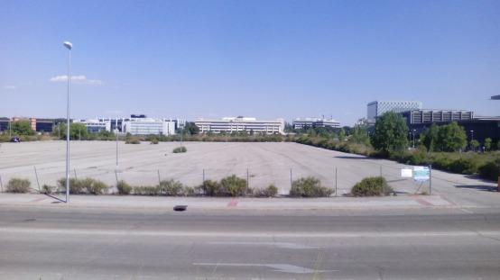 Fuera del horario laboral, las calles cercanas a la empresa están desiertas.