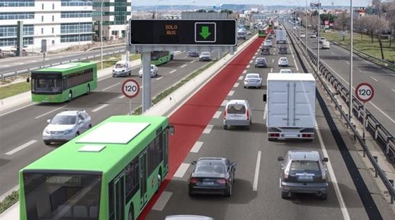 Un carril Bus-VAO por el que circulan autobuses